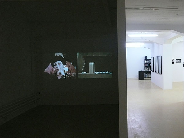Amy Patton, A Satisfied Mind, 2005 (Videoprojektion, links)